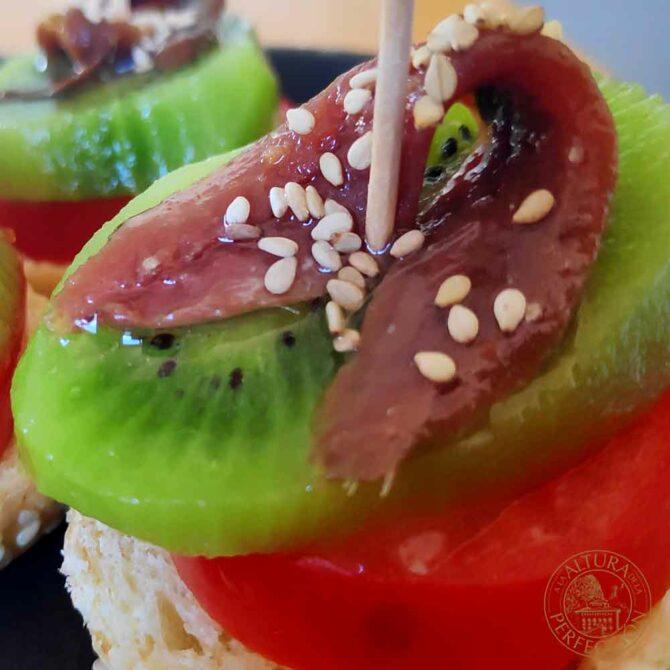 Aperitivo de tomate, kiwi y anchoa