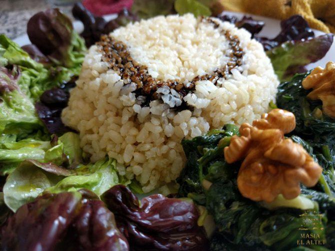 Ensalada de arroz con lechuga de roble y nueces tostadas