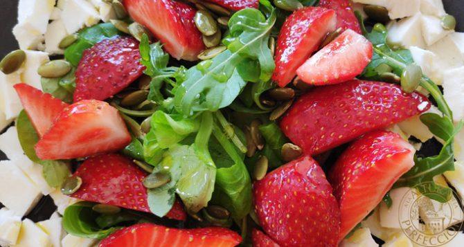 Ensalada de queso fresco con fresas