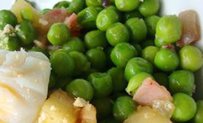 Ensalada de guisantes frescos, manzana y huevos escalfados